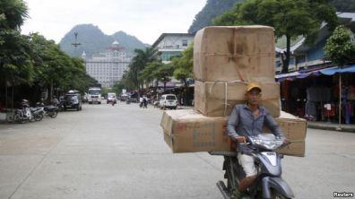 Hàng hóa Trung Quốc được chở tới chợ Tân Thanh giáp biên giới Trung Quốc tại tỉnh Lạng Sơn, phía bắc Việt Nam, ngày 30/7/2014. Nguồn: Reuters.