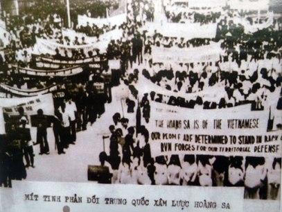 Dân Sài Gòn biểu tình phản đối Trung Cộng xâm lược Hoàng Sa. Nguồn ảnh: internet