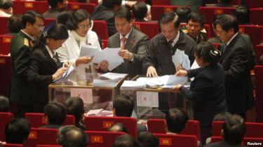 Các quan chức đếm phiếu trong phiên bầu chọn tại Đại hội đảng lần thứ 11 ngày 17/1/2011. Photo: Reuters.