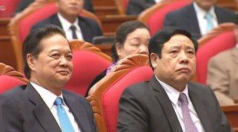 Ông Nguyễn Tấn Dũng (trái) tại hội nghị trung ương 14 khi nghe ông Trọng phát biểu bế mạc hội nghị. (Hình: Chụp qua Youtube)