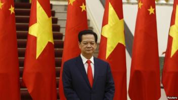 Thủ tướng Việt Nam Nguyễn Tấn Dũng chờ để đón tiếp Chủ tịch Trung Quốc Tập Cận Bình tại Hà Nội, ngày 5/11/2015. Photo: Reuters.