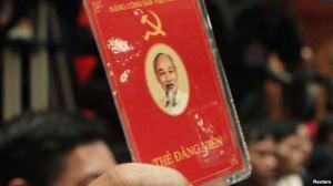 Đại biểu đảng cộng sản Việt Nam bỏ phiếu về các chính sách tại lễ bế mạc Đại hội đảng lần thứ 11 tại Hà Nội, ngày 19/1/2011. Ảnh: Reuters