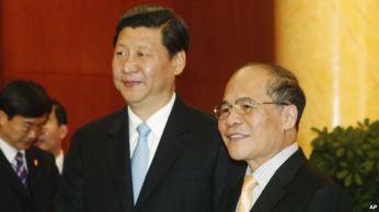 Chủ tịch Trung Quốc Tập Cận Bình (trái) được Chủ tịch Quốc hội Việt Nam Nguyễn Sinh Hùng (phải) tiếp đón tại Hà Nội ngày 21/12/2011. Photo: AP