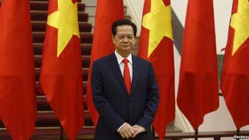Thủ tướng Việt Nam Nguyễn Tấn Dũng chờ đợi sự xuất hiện của Chủ tịch Trung Quốc Tập Cận Bình tại Hà Nội vào ngày 05/11/2015. Photo: Reuters.
