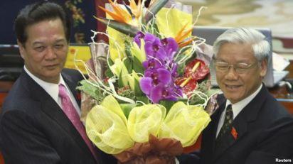 Thủ tướng Việt Nam Nguyễn Tấn Dũng nhận hoa từ tay Tổng Bí thư Nguyễn Phú Trọng sau khi ông Dũng tái đắc cử thủ tướng ngày 26 tháng 7, 2011 tại Hà Nội. Ảnh: VOA