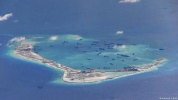 Đảo nhân tạo của Trung Quốc trên bãi đá Vành Khăn. Ảnh: Reuters/ US Navy