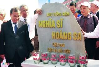 Lãnh đạo Tổng LĐLĐ cùng tỉnh Quảng Ngãi đặt viên đá đầu tiên xây khu tưởng niệm Nghĩa sĩ Hoàng Sa trên núi Thới Lới, huyện đảo Lý Sơn. Ảnh: Minh Hoàng/ Zing.