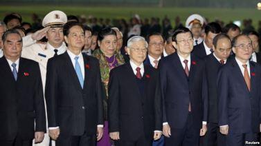 Thủ tướng Nguyễn Tấn Dũng, Tổng Bí thư Nguyễn Phú Trọng, Chủ tịch nước Trương Tấn Sang, Chủ tịch Quốc hội Nguyễn Sinh Hùng tham dự một buổi lễ đặt vòng hoa tại lăng Hồ Chí Minh tại Hà Nội, ngày 20/1/2016. Ảnh: Reuters.