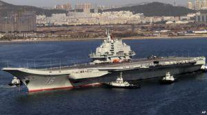 Tàu sân bay Liêu Ninh của Trung Quốc tại cảng Đại Liên. Theo Trung Tâm Nghiên cứu Chiến lược Quốc tế CSIS, Bắc Kinh sẽ đầu tư 'nặng ký' cho công tác phát triển và bố trí nhiều đội tàu sân bay trong khu vực trước năm 2030. Photo: AP
