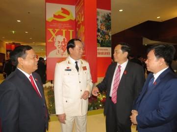 Đại tướng Trần Đại Quang trao đổi với các đại biểu bên hành lang Đại hội XII - Ảnh: Minh Quang