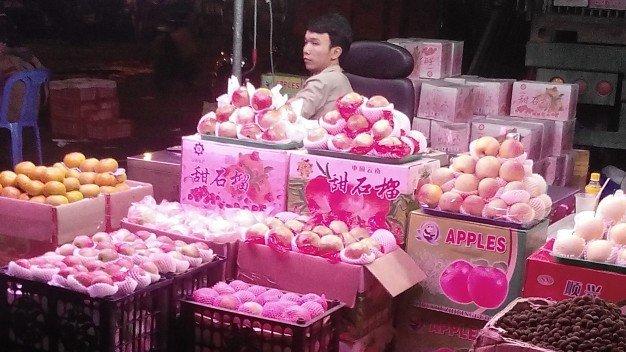 Trái cây nhập khẩu từ Trung Quốc tràn ngập các chợ. Ảnh: Tuổi trẻ.