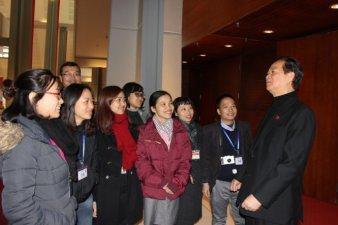 Thủ tướng Nguyễn Tấn Dũng trao đổi với báo chí bên lề đại hội ngày 24-1-2016 - Ảnh: CTV