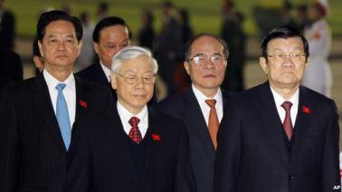 Từ trái: Thủ tướng Nguyễn Tấn Dũng, Tổng Bí thư Nguyễn Phú Trọng, Chủ tịch Quốc hội Nguyễn Sinh Hùng, Chủ tịch nước Trương Tấn Sang tham dự một buổi lễ đặt vòng hoa tại lăng Hồ Chí Minh, Hà Nội, ngày 20/1/2016. Ảnh: AP