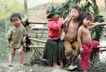 Trẻ em vùng cao trần truồng trong cái lạnh cắt thịt (Nguồn hình: Facebook).