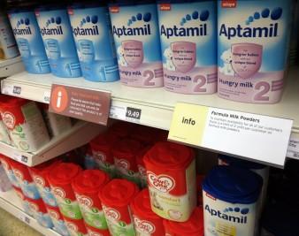 Sữa Aptamil 3 của Úc trở thành nhãn hàng cứu tinh cho các gia đình trung lưu ở Trung Quốc, mặc dù giá mắc đến gấp hai, ba lần. Ảnh: TL