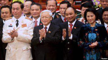 Ông Nguyễn Phú Trọng (thứ 2 từ trái sang) cùng với các thành viên của Bộ Chính trị khóa 12 mới đắc cử. Photo: Reuters