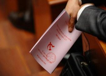 Một đại biểu với lá phiếu bầu cử nhân sự Đảng Cộng sản Việt Nam lần thứ 11 vào ngày 17/1/2011 tại Hà Nội. RFA photo