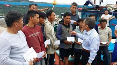 Quỹ hỗ trợ ngư dân tỉnh Quảng Ngãi thăm và trao tiền động viên các ngư dân trên tàu 98459. Ảnh: V.C