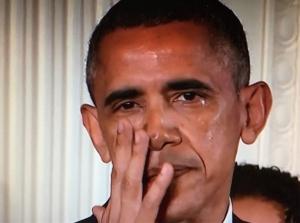 Tổng thống Obama bật khóc khi phát biểu tại Nhà Trắng hôm 5-1. Photo: Getty
