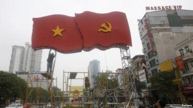 Công nhân dựng trang trí chuẩn bị cho Đại hội Đảng 12 trên đường phố ở Hà Nội, ngày 4/1/2016. Photo: Reuters.
