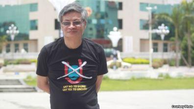 Tiến sĩ Nguyễn Quang A trước tòa thị chính của một thành phố ở Trung Quốc với chiếc áo No-U phản đối đường lưỡi bò của Trung Quốc ở Biển Đông. Photo Courtesy