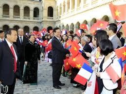 Việt kiều đỏ đang đón ông Nguyễn Tấn Dũng và phu nhân của ông ở Paris, Pháp