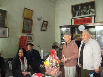 Năm nay (2016) Cụ Vĩnh 101 tuổi.  Trong ảnh: tác giả Nguyễn Đăng Quang tại lễ mừng thọ  cụ Nguyễn Trọng Vĩnh 100 tuổi ( xuân Ất Mùi -2015)