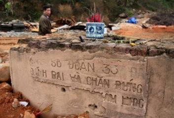 Những dòng chữ trên bia tưởng niệm những người lính chống quân xâm lược TQ đã bị đục bỏ. Nguồn ảnh: internet
