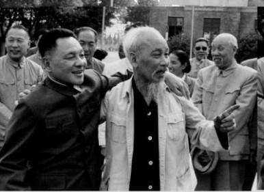 Đặng Tiểu Bình (trái) với Hồ Chí Minh. Nguồn ảnh: báo VTC