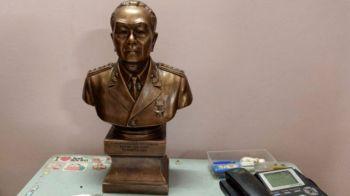 Tượng Đại tướng Võ Nguyên Giáp trên bàn làm việc của ông Lê Trọng Nghĩa. Ảnh: BBC
