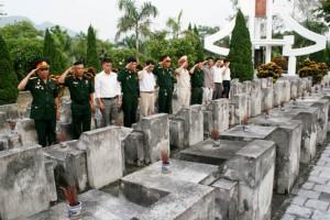 """Nghĩa trang Vị Xuyên - """"Đồng đội ơi, chúng tôi đã đến đây!"""" Ảnh: Báo Lao động"""