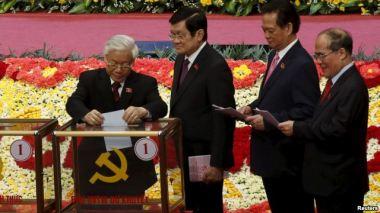 Ông Nguyễn Phú Trọng bỏ lá phiếu đầu tiên bầu Trung ương khóa 12 tại Hà Nội, ngày 26/1/2016. Ảnh: Reuters.