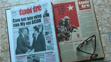 Trang nhất báo Tuổi Trẻ tháng 2/1979 và tháng 2/2016. Ảnh: FB Phuc Tien