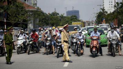 Vấn nạn cảnh sát giao thông và người dân đã và đang là một điều nhức nhối trong bao năm nay ở Việt Nam. Ảnh: Reuters