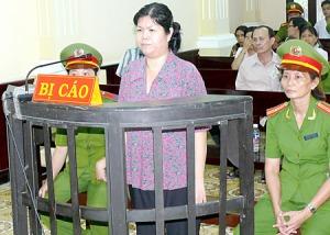 Bà Trần Thị Thúy trong phiên xử ở Bến Tre. Nguồn: báo SGGP.