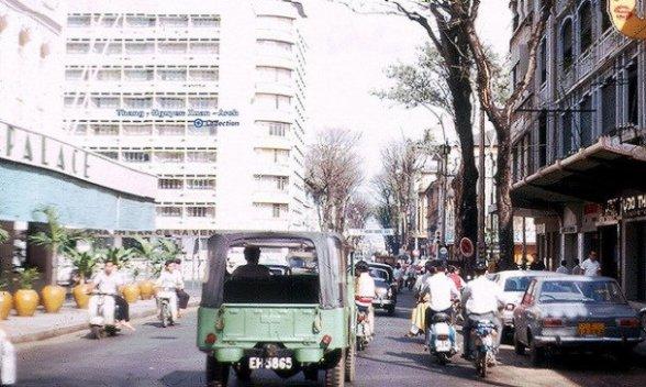 Khách sạn Caravelle nhìn từ đường Tự Do, nay là đường Đồng Khởi - Ảnh: Tư liệu. Nguồn: báo Tuổi Trẻ.