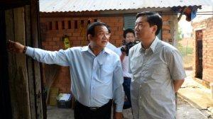 Bí thư Thành ủy TP.HCM Đinh La Thăng (phải) làm việc tại Củ Chi sáng 18.2. Ảnh: báo Dân Việt.