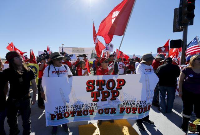Người biểu tình đứng dọc con đường dẫn đến nơi diễn ra hội nghị. Ảnh: Reuters.