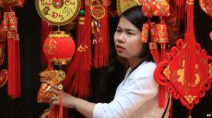 Một phụ nữ đang xem đèn lồng trang trí ngày Tết ở phố cổ Hà Nội, Việt Nam, ngày 6/2/2016. Một phụ nữ đang xem đèn lồng trang trí ngày Tết ở phố cổ Hà Nội, Việt Nam, ngày 6/2/2016. Ảnh: AP