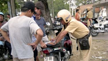 Quy định của pháp luật tại Thông tư 01/2016/TT-BCA của Bộ Công An (có hiệu lực từ ngày 15-2) cho phép cảnh sát giao thông được trưng dụng tài sản của người dân, trong đó có phương tiện thông tin liên lạc. Photo: Reuters.