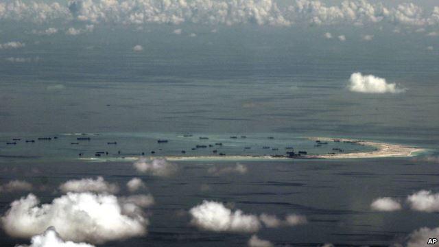 Ảnh chụp qua cửa sổ máy bay cho thấy các hoạt động xây dựng của Trung Quốc ở Biển Đông ngày 11/5/2015. Ảnh: AP