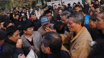 Tiến Sĩ Nguyễn Quang A (thứ 2 từ phải) trong một cuộc biểu tình chống Trung Quốc ở Hà Nội. (Hình: Getty Images)
