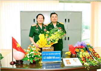 Thượng tướng Nguyễn Huy Hiệu (trái), cựu thứ trưởng Bộ Quốc phòng và kẻ lừa đảo Nguyễn Xuân Giang