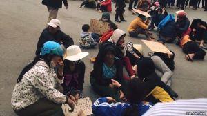 Hàng trăm người dân tập trung trước trụ sở UBND tỉnh Thanh Hóa đòi FLC trả lại bãi biển. Ảnh: Dân Làm Báo