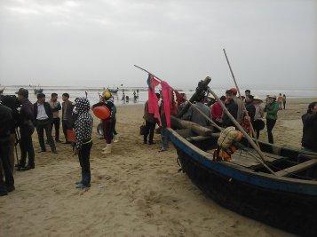 Ngư dân Sầm Sơn tập trung tại bến thuyền phản đối quyết định thu hồi đất giao cho FLC. Ảnh: DNVN