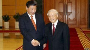 Chủ tịch Trung Quốc Tập Cận Bình (trái) và Tổng Bí thư Đảng Cộng sản Việt Nam Nguyễn Phú Trọng bắt tay tại Văn phòng Trung ương Đảng ở Hà Nội, Việt Nam. Ảnh: Reuters.
