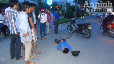 Vô cảm đứng xem người bị tai nạn. Nguồn: báo ANTĐ