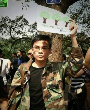 Nguyễn Viết Dũng tham gia cuộc biểu tình phản đối chặt bỏ cây xanh tại Hà Nội. Nguồn: Facebook
