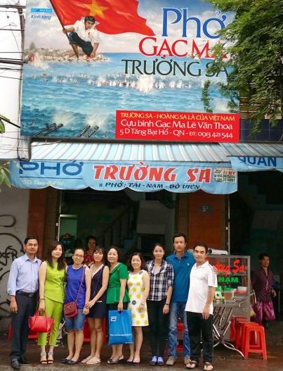 Lê Minh Thoa đứng ở bìa phải ảnh do Quang Lâm chụp.