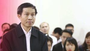 Nhà bất đồng chính kiến Nguyễn Hữu Vinh trong phiên xử hôm 23/3. Ảnh: AP/Bui Doan Tan/Vietnam News Agency. Nguồn: VOA